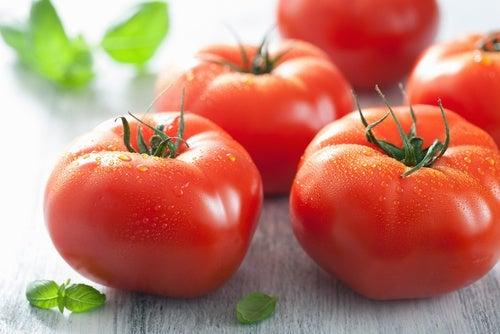 Los nutrientes del tomate para aclarar la piel