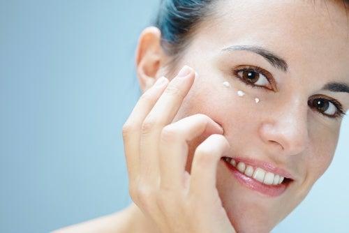 Usa una crema para el contorno de los ojos y luce hermosa al despertar