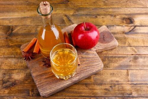 Vinagre de sidra de manzana y manzanas.