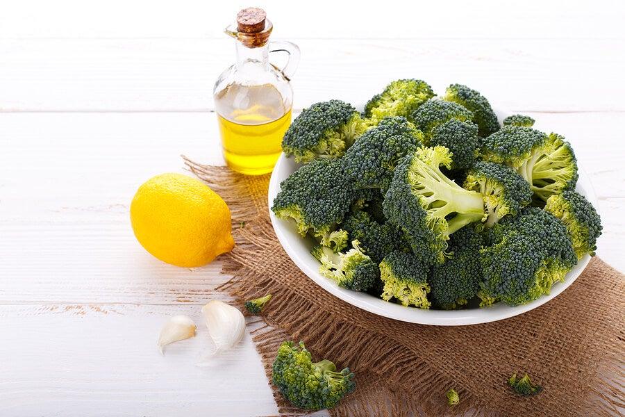 Brócoli, ajo y limón con aceite de oliva.