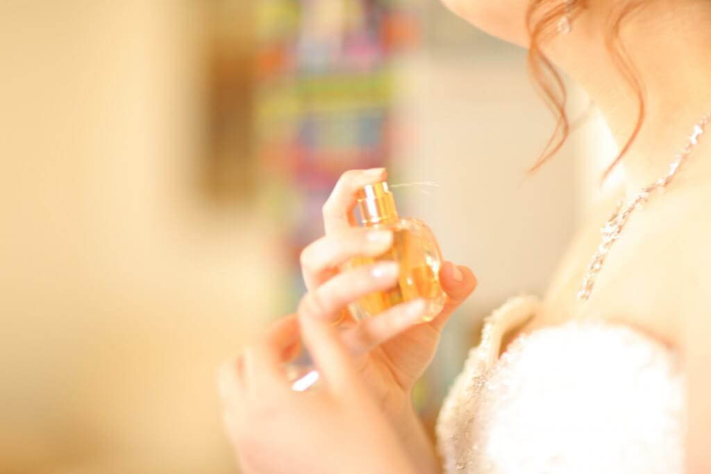 mujer echándose perfume