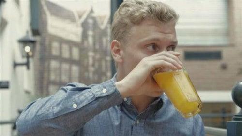 Hombre deja el azucar y el alcohol