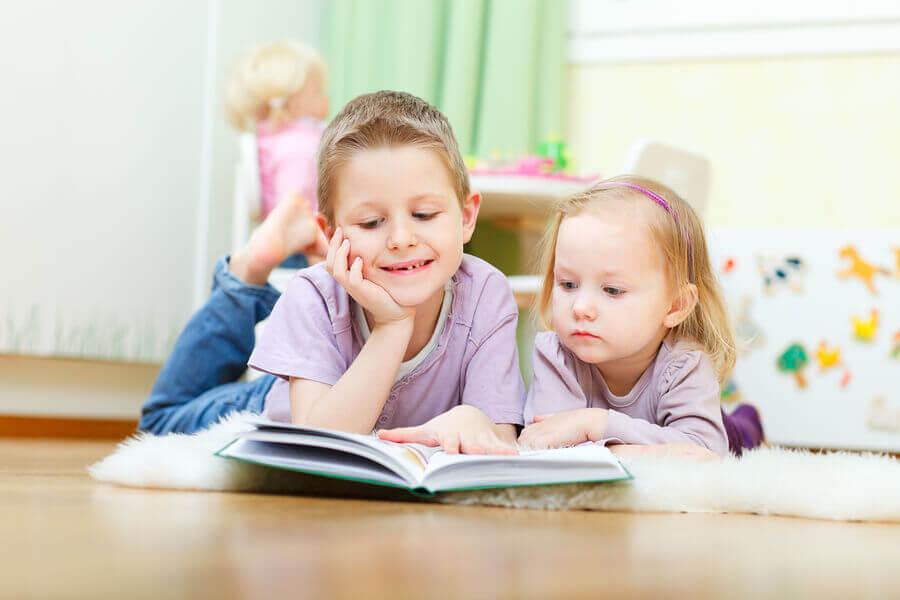 Dos hermanos leyendo un cuento.