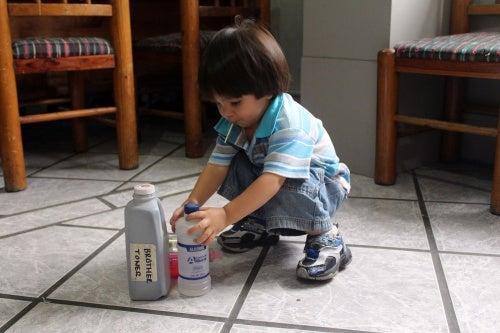 Niño jugando con insecticidas