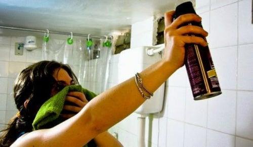 Mujer rociando insecticida