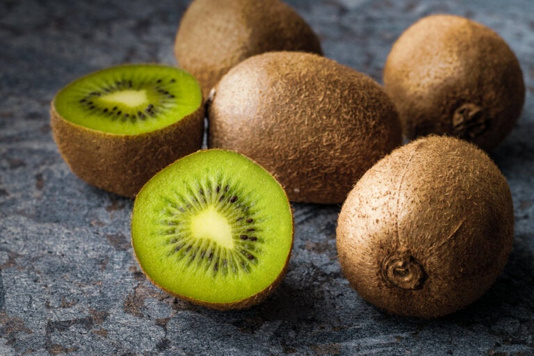 El consumo de tres kiwis verdes al día ayuda a combatir el estreñimiento