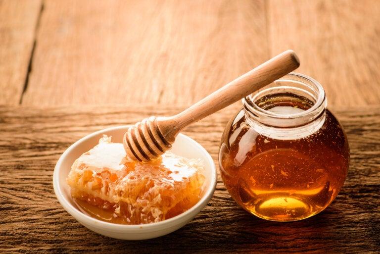 ¿Una cucharada de miel antes de acostarte te ayudará a dormir mejor?