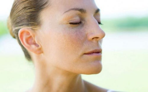 Mujer respirando con los ojos cerrados