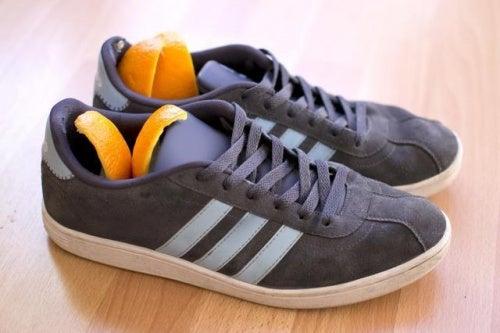 Cáscara de naranja para el mal olor de los zapatos