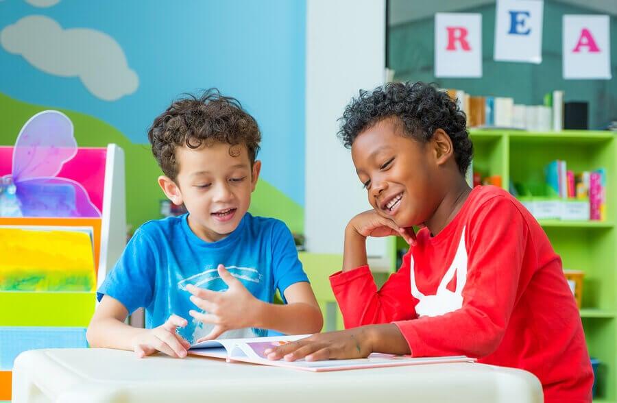 Niños charlando sobre un libro.