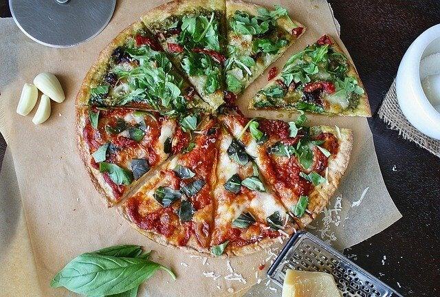 La pizza casera puede llevar ajo.