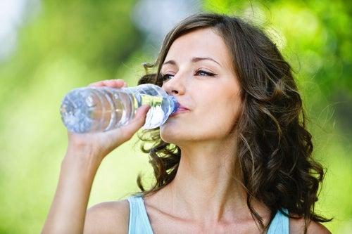 mujer-bebiendo-agua