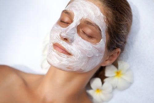 4 tratamientos naturales para lucir una piel más joven