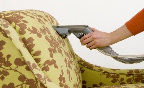 Aspirar luego de poner bicarbonato ayuda a quitar el mal olor en sillones