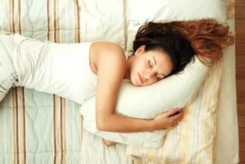 ¿Es bueno dormir sin almohada?