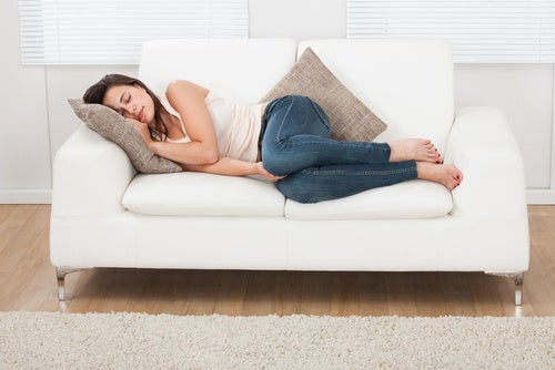 dormir la siesta en el sofa