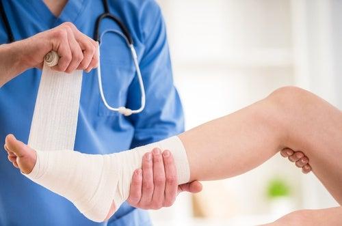 Esguince de tobillo, una de las afecciones causadas por el uso de tacones