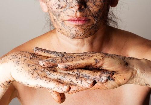 4 exfoliantes corporales con aceites esenciales para suavizar la piel