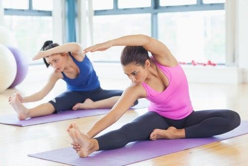 Mujeres practican gimnasia