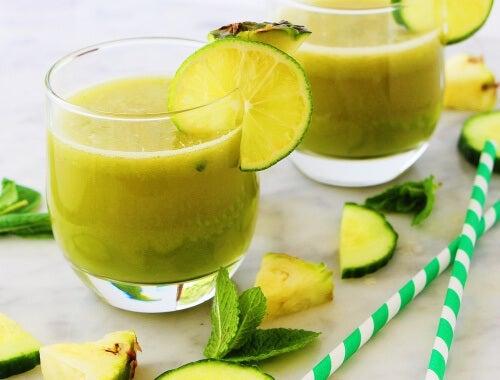 Licuado de manzana, piña, menta y limón para relajarnos