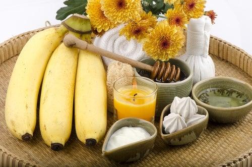 Mask of yogurt, honey and banana