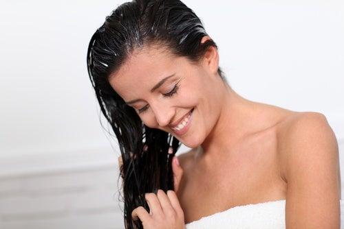 Mujer aplicándose una mascarilla en el pelo