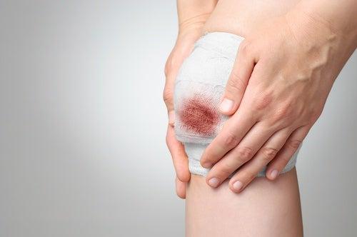 Quitar la venda de una herida sangrante
