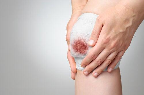 Retirez le bandage d'une plaie qui saigne.