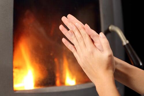Pessoa com os dedos frios