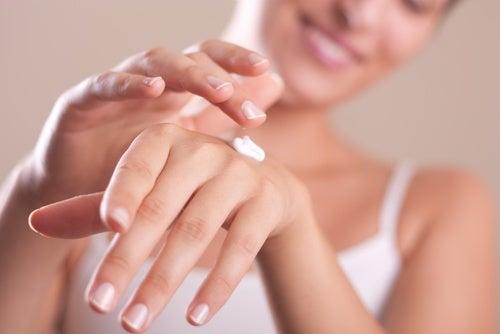 Usa crema para manos