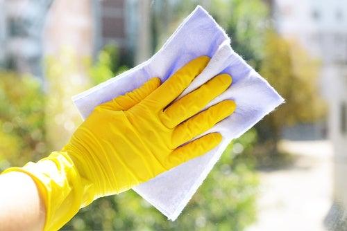 Mujer limpiando una ventana