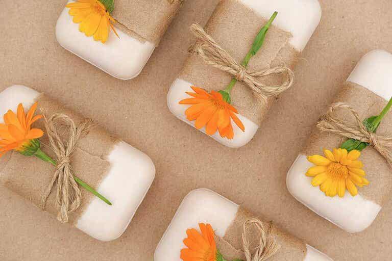 Aprende a preparar un jabón natural de caléndula y manzanilla
