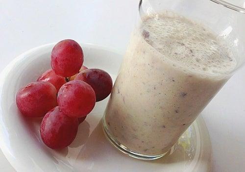 Delicioso batido casero con uvas y avena para tu corazón