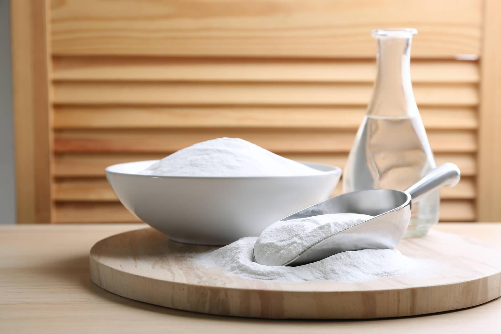 Пищевая сода для очистки занавески для душа.