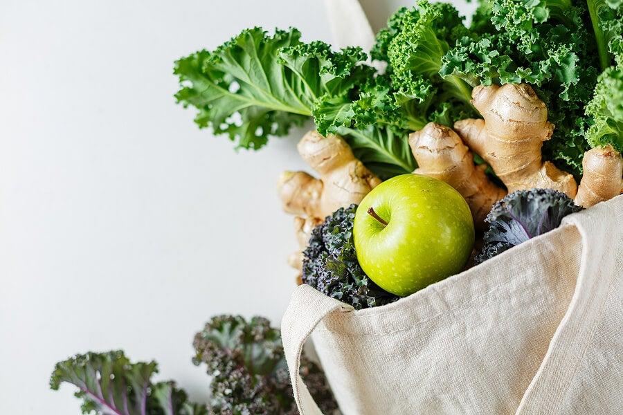 Bolsa de tela con alimentos vegetales.