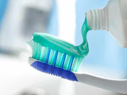 ¿Por qué no es bueno compartir el cepillo de dientes?