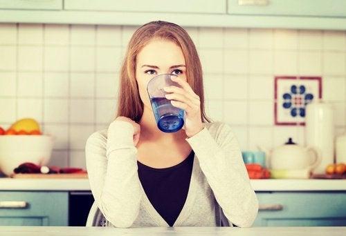 Mujer bebiendo un vaso de agua