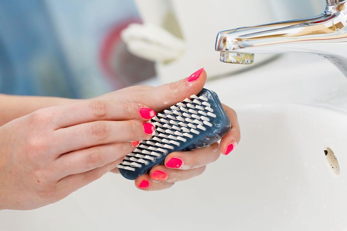 Cepillar uñas.