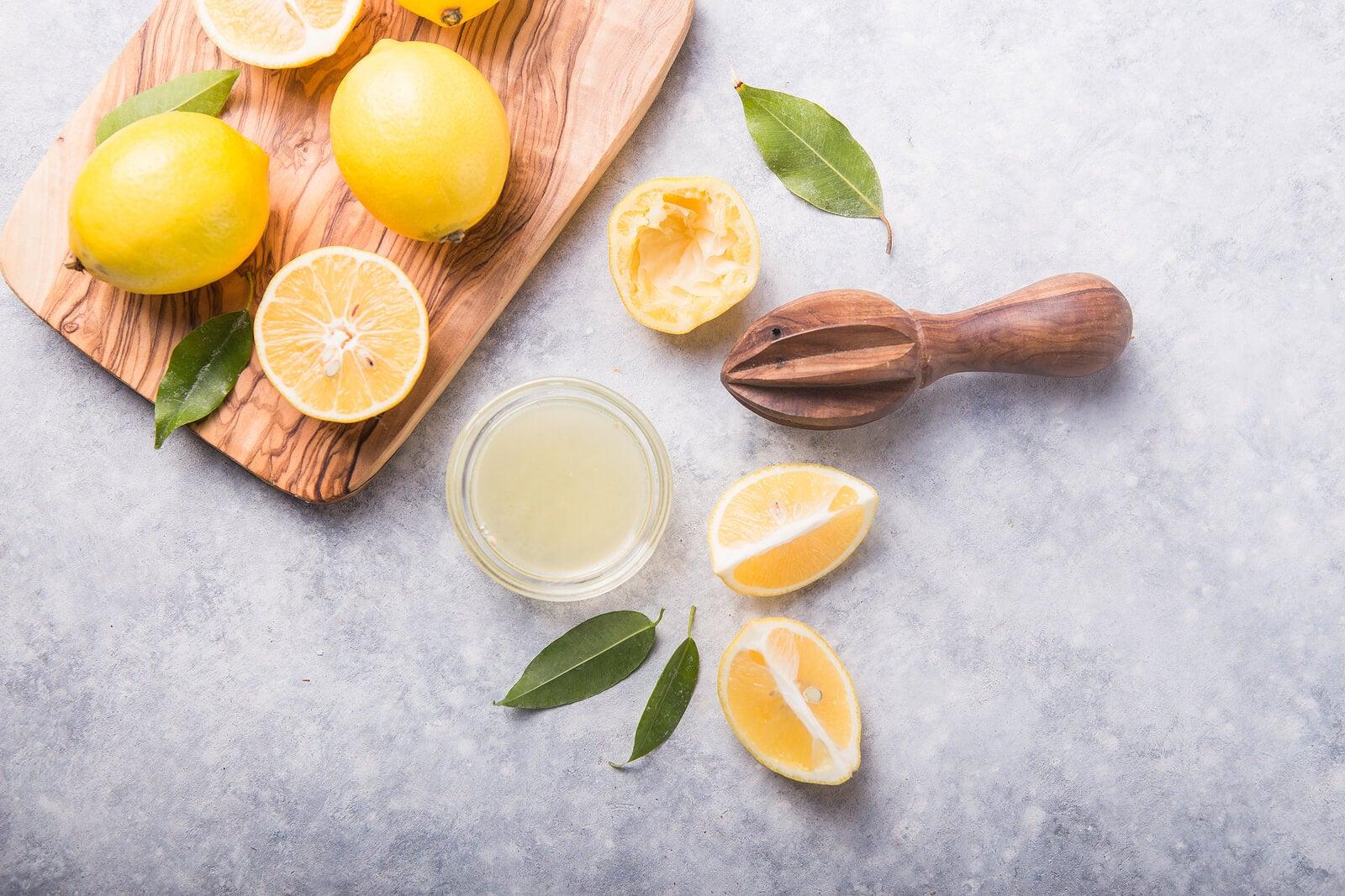 Comer limón a diario podría brindar varios beneficios a la salud.