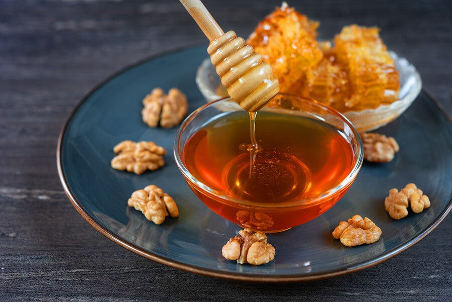Se puede desayunar naranja y miel con nueces.