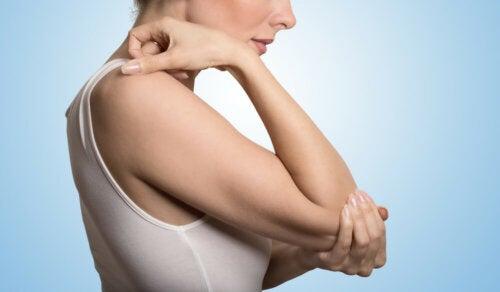 5 tips sencillos para eliminar los codos ásperos y oscurecidos