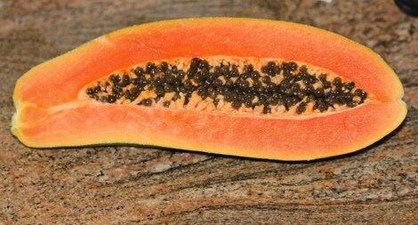 El licuado de papaya es una de las mejores bebidas naturales para la gastritis.