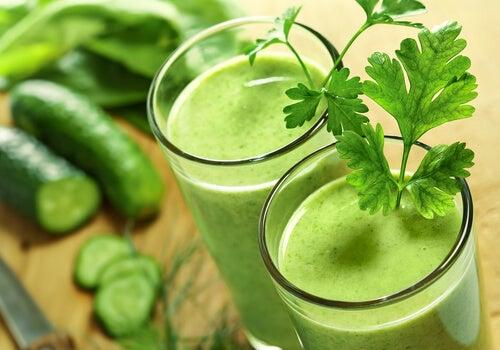 Cuáles son los beneficios que aportan los jugos verdes para la salud