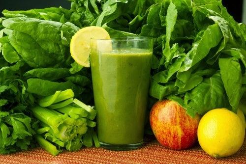 Espinacas, zanahoria y limón: bebida para eliminar toxinas