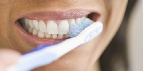 ¿Qué ocurre en tu cuerpo si te dejas de lavar los dientes por mucho tiempo?