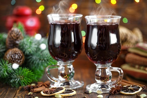 Cóctel navideño de vino con canela