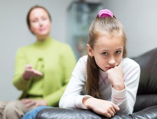 Madre ofreciendo una crítica a su hija