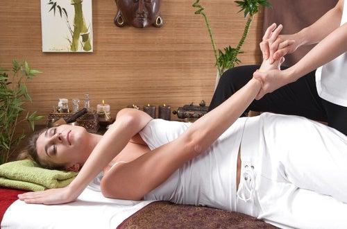 Cómo se aplica el masaje tailandés.