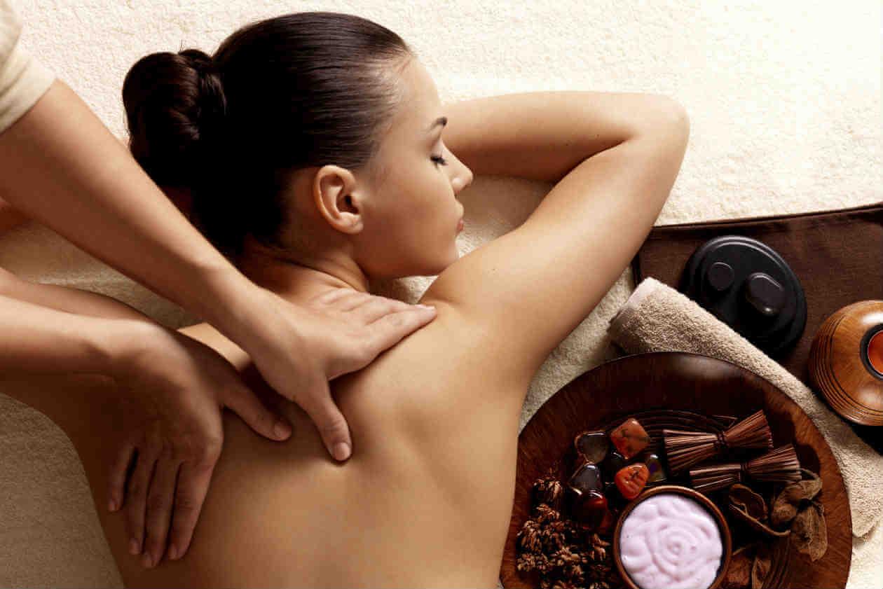 Mujer recibiendo masajes relajantes