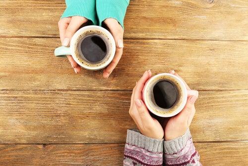 Consumir café y alcohol moderadamente